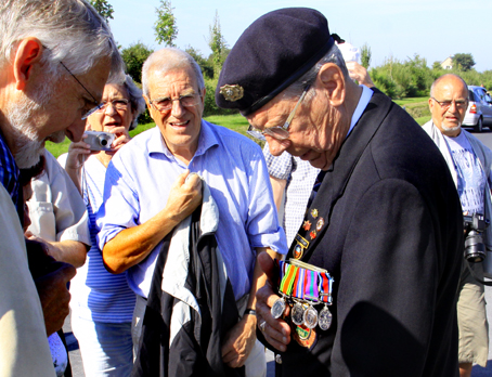 De danske journalistveteraner fik en snak med medaljeprydede britiske krigsveteraner på den amerikanske soldaterkirkegård på invasionskysten Omaha Beach i Normandiet. Alle fotos: Finn Hillmose