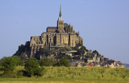 Mont Saint-Michel - den berømte klosterø uden for kysten, hvor tidevandet gør det livsfarligt at færdes uden for vejdæmningen og de høje klippeskrænter.