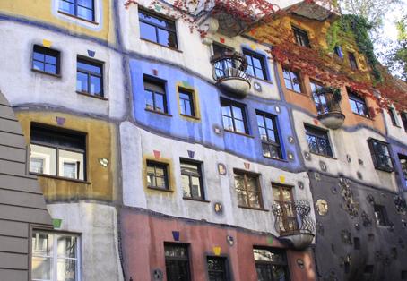 Hundertwasserhaus er en af de mere moderne seværdigheder i Wien (foto: Finn Hillmose)