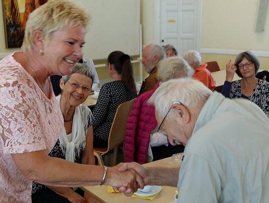 Lizette Risgaard vil gerne hilse personligt på alle, når hun er til et møde med et overkommeligt antal deltagere. Dén tradition gennemførte hun også i Veteranklubben, så der var håndtryk til bl.a. Kurt Piczenik, Hanne Kirkebjerg i baggrunden: Jytte Wallin), Kirsten Mogensen og Eva Bendix.