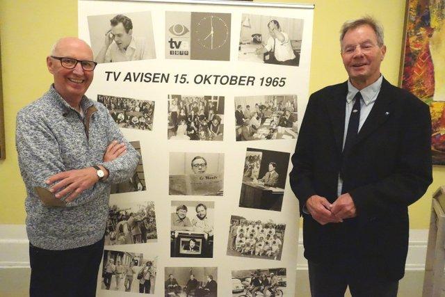 Bent Paulsen (t.v.) var fotograf på TV-Avisen fra dens start i 1965. På veteranmødet udstillede han en planche med nogle af medarbejderne fra dengang og fortalte om billederne.
