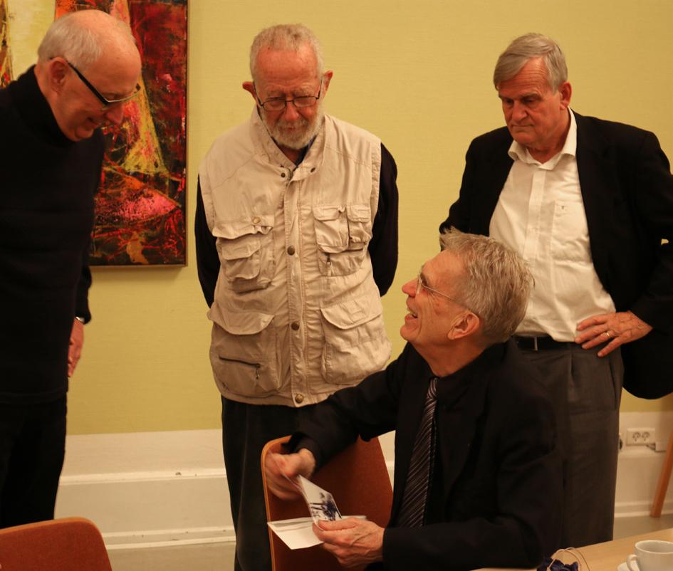 Bjørn Elmquist omgivet af kolleger fra sin journalisttid, fra højre: Henrik Døcker, Hans V. Bischoff og Bent Paulsen – som var fotograf på TV-Avisen og forærede ham et foto fra en af deres fælles oplevelser i 1970'erne. Foto: Finn Hillmose