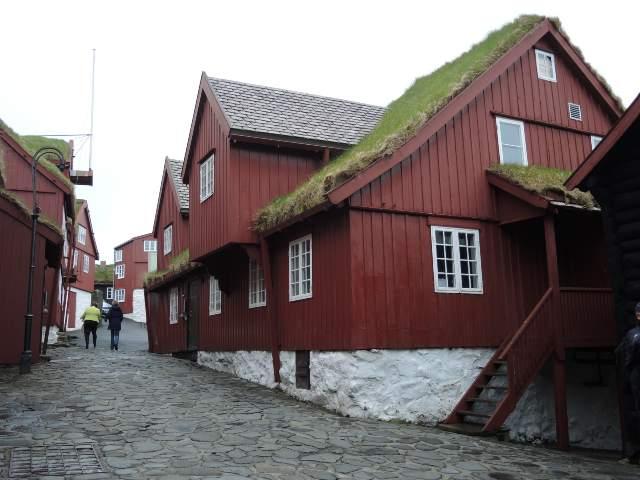 De velholdte gamle huse på Tinganes i Torshavn er centrum for regeringsmagten.