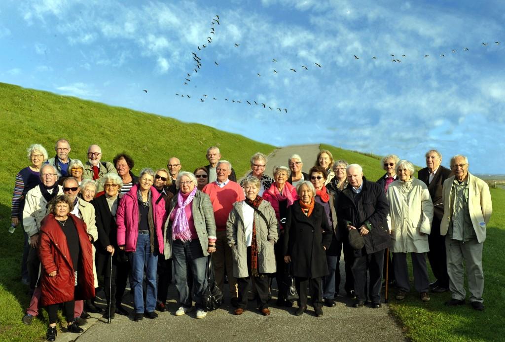 Deltagerne i Slesvig-rejsen ved Højer Sluse (Foto: Anker Tiedemann)