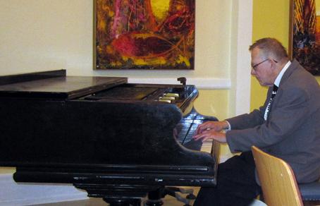 Hans Henrik Holm, koncertpianist, radiomedarbejder og veteranmedlem, fortalte i oktober om klavervirtuosen Victor Schiøler (1899-1967) og hans betydning for dansk musikliv. Et kærligt og muntert foredrag, krydret med film- og lydklip, smagsprøver på flygelet og anekdoter om Victor Schiølers begivenhedsrige liv og karriere.