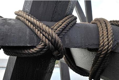 Mastekranen er ikke sat sammen med nagler - men på maritim vis bundet sammen med tove. Foto: Anker Tiedemann.