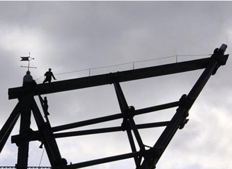 Veteranklubbens medlemmer lider ikke af højdeskræk. Nogle af dem nøjedes ikke med at gå op i Mastekranen - de gik helt øverst op. Foto: Finn Hillmose.