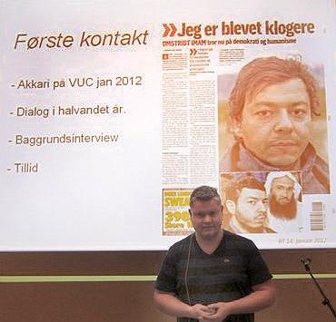 "Martin Kjær Jensen foran den artikel i B.T., som gav ham den nødvendige nærkontakt og tillid fra Akkari til at skrive ""Min afsked med islamismen""."