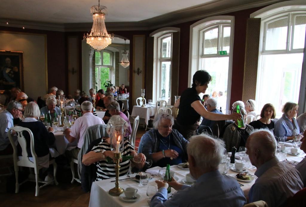 Måltidet blev serveret i slottets kongelige spisesal.