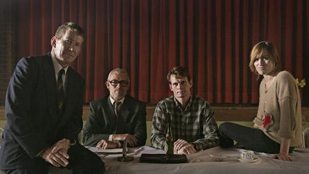 "Thomas Bo Larsen (dødsmærket thulearbejder), Søren Malling (Marius Schmidt) og Peter Plaugborg (Poul Brink) sammen med instruktør Christina Rosendahl under optagelserne til ""Idealisten""."