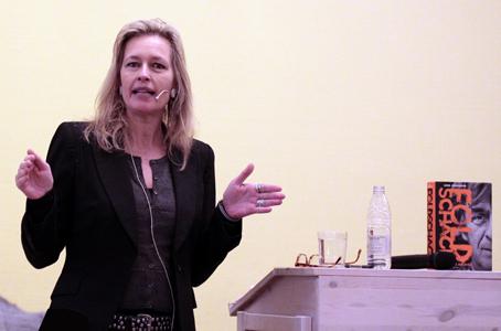 "Lene Johansen fortalte om arbejdet med at skrive bogen - eller ""at trampe rundt i et andet menneskes liv"", som hun udtrykte det. Fotos: Finn Hillmose."