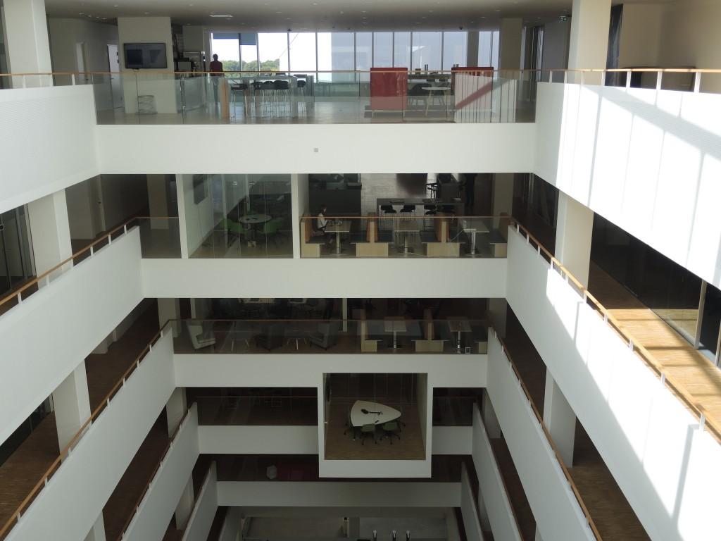 Alle møderum vender ind mod atrierne, mens de faste arbejdspladser findes ved vinduerne.