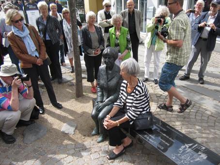 Lise Nørgaard brugte sin fødselsdag på at vise kollegerne barndomsbyen - og blev fotograferet i stereo, altså sammen med Mette Agerbecks bronzeskulptur.