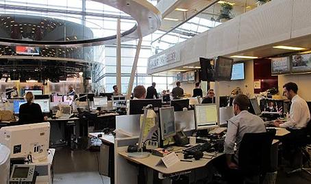 Efter mødet fik veteranerne et kig ud over DR Nyheders newsroom - et imponerende arbejdssted. Fotos: Annette Hartung