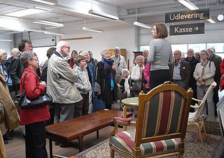 Helle Kamvig indledte rundgangen i auktionsvarernes fodspor med en orientering (Foto: Annette Hartung)
