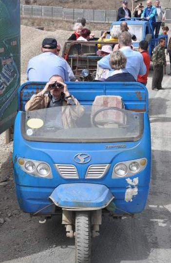 Veteranerne kom så langt ud på landet, at der ikke var plads til busserne - men landsbyfolkene havde deres egne små transportmidler. Foto: Annette Hartung.