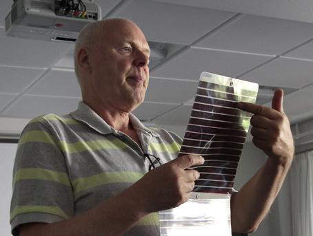 Leif Sønderberg Petersen med solceller, der er langt mere effektive end dem, man lavede før i tiden. Foto: Finn Hillmose